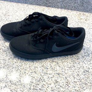 Black Nike skateboard shoes